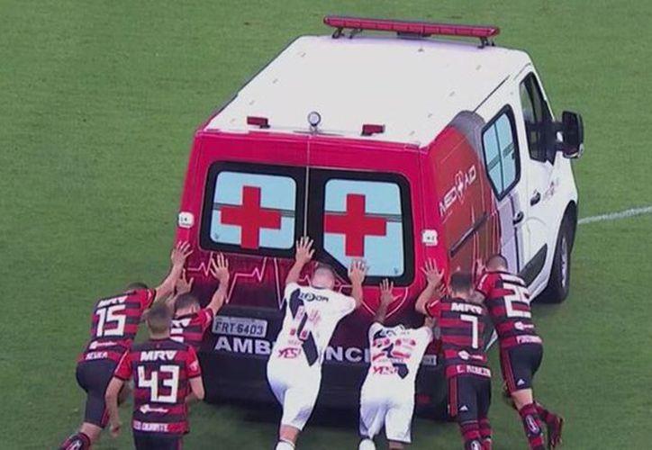 Jugadores de ambos equipos empujaron el vehículo. (Internet)
