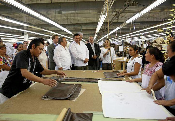 Luego de la inauguración, el gobernador Rolando Zapata Bello recorrió la nueva maquiladora de Heritage Home Group Mexico, ubicada en Maxcanú. (SIPSE)