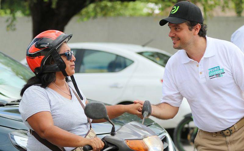 El candidato saludó en los cruzamientos de las avenidas de la isla. (Cortesía)