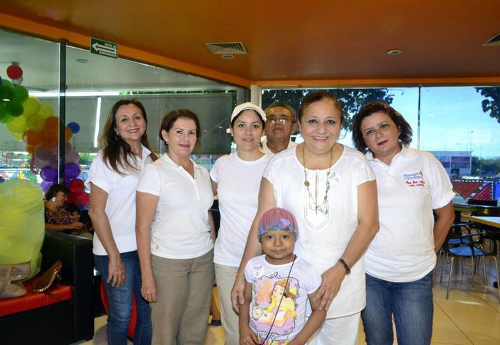 La actividad de abrazos se realizó en nueve ciudades diferentes de la República de México.(Daniel Sandoval/Milenio Novedades)