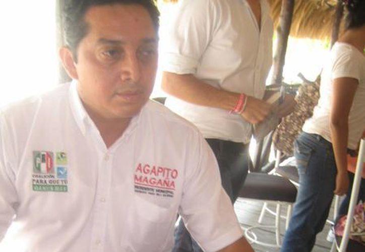 Líder del PRI presentó fotografías ante los medios de comunicación. (Lanrry Parra/SIPSE)