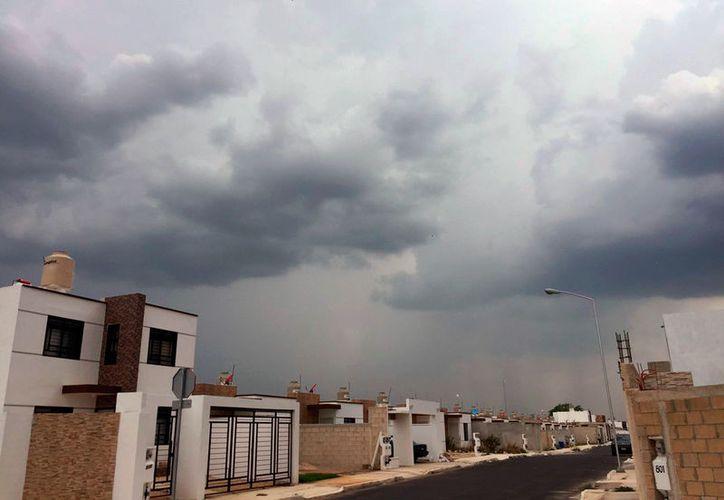 En algunas partes de la ciudad, como en el poniente, algunas cortinas de lluvia cubrieron zonas de Mérida. (Foto tomada de la cuenta de Twitter @ClimaYucatan)