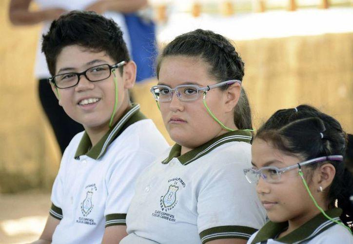 """Estudiantes de primaria recibieron lentes de aumento como parte del programa nacional """"Ver bien para aprender mejor"""".  (Redacción/SIPSE)"""