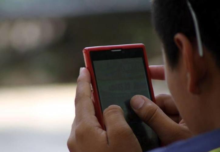 Usar demasiado computadoras, tabletas o smartphones puede ocasionar problemas en la retina, dicen especialistas. (Milenio Novedades)