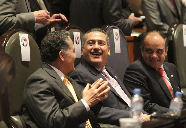 Los legisladores Jaime Arturo Zamora, Manlio Fabio Beltrones, Manuel Añorve dialogan durante la sesión de la Comisión Permanente del Primer Año del Ejercicio de la LXII Legislatura. (Notimex)