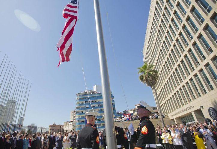 Marines estadounidenses levantan la bandera de Estados Unidos sobre la embajada estadounidense en La Habana, Cuba. (Agencias)