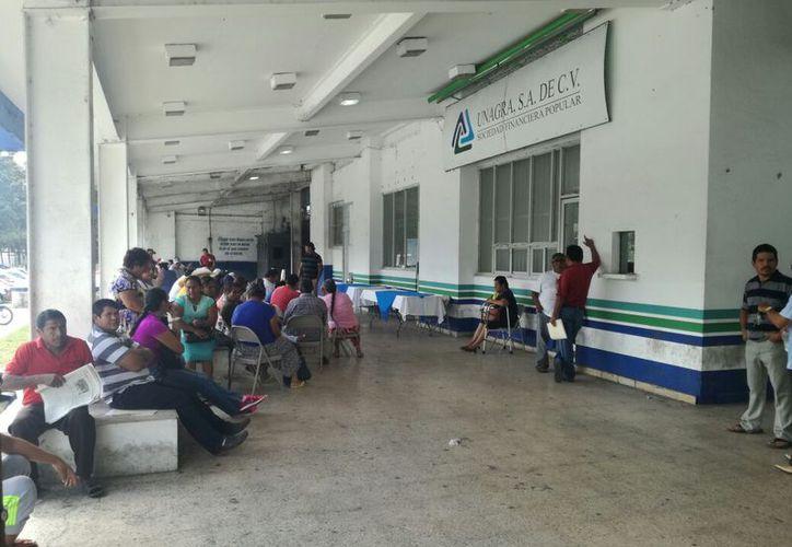Exigen productores que les reintegren el dinero saqueado o tomaran las oficinas del banco. (Carlos Castillo/SIPSE)