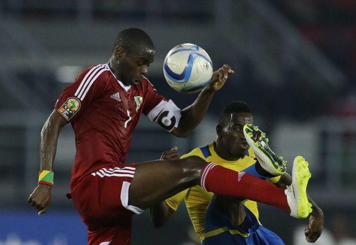 El congoleño Prince Oniangue (i) dio el triunfo a su selección en el segundo partido que juegan en la Copa Africana, donde ya suman cuatro puntos. (Foto: AP)