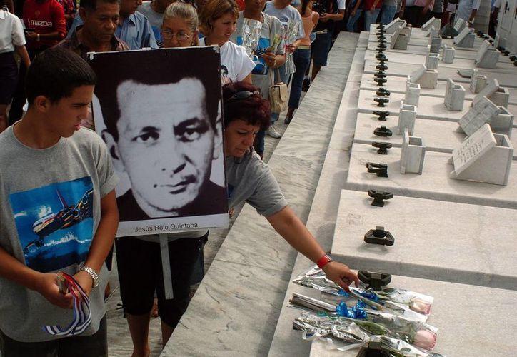 Familiares de las 73 personas fallecidas en el atentado a un avión DC-8 de Cubana de Aviación en 1973, durante una peregrinación en el cementerio Colón, en La Habana, el 6 de octubre de 2007. (EFE/Archivo)