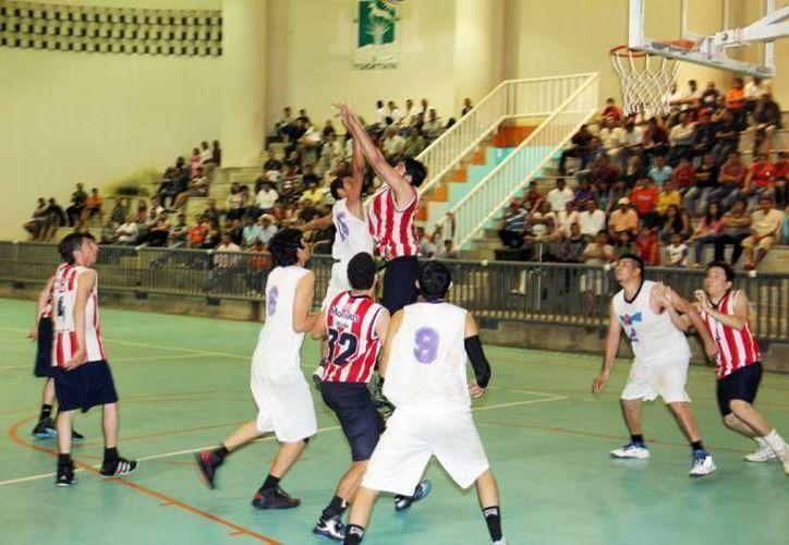 En la inauguración se contó con los estandartes de los 35 equipos que conforman la Liga Premier y los 12 equipos de la Liga Estatal de Basquetbol de Yucatán. (SIPSE/Foto de archivo)