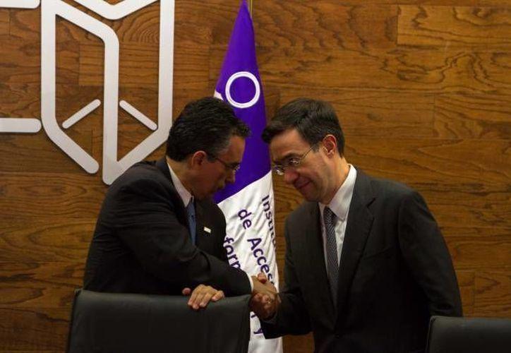 El comisionado Ángel Trinidad y el presidente del IFAI, Gerardo Laveaga (d), durante la toma de protesta de este último en abril de 2012. (Agencias/Foto de archivo)