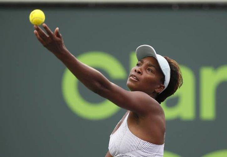Venus Williams (foto) fue sorprendida en el Abierto de Miami al perder en tres sets con la rusa Elena Vesnina. (AP)