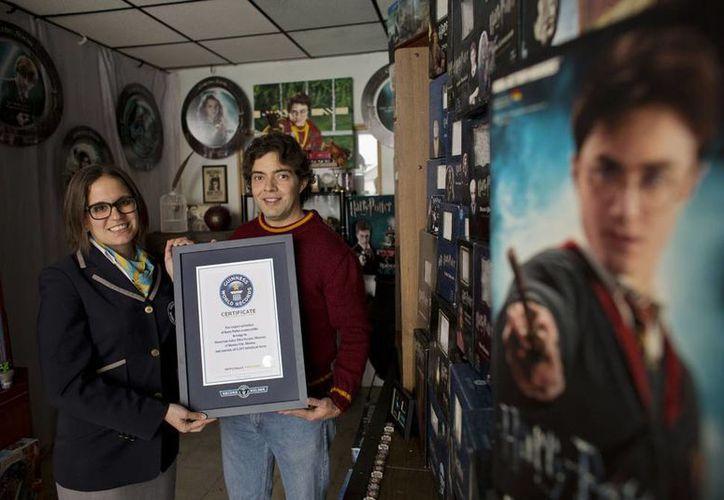 El abogado Menahem Asher Silva Vargas recibió este lunes el reconocimiento oficial de Guinness World Records por su colección de Harry Potter. (AP)