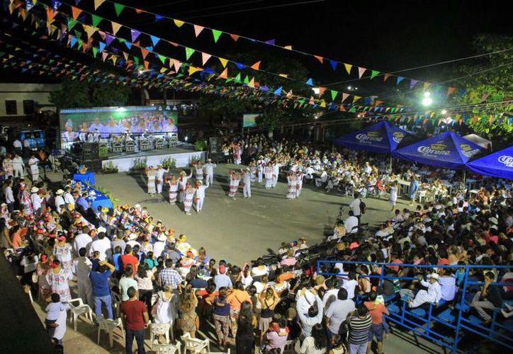 En el marco de la feria de San Joaquín, se realizó al tradicional noche de vaquería en Bacalar. (Javier Ortiz/SIPSE)
