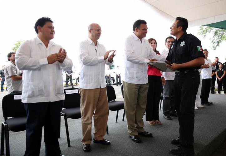 Ayer, el gobernador Rolando Zapata entregó, mediante un invresión de más de 23 mdp, vehículos, equipo táctico y de seguridad, computadoras y uniformes al personal de la FGE. (Cortesía)