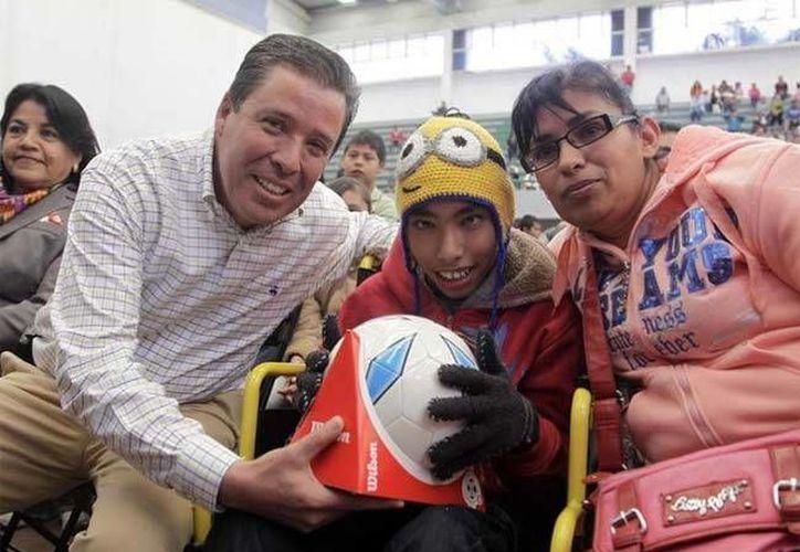 Miguel Márquez visitó los municipios de Manuel Doblado y San Francisco del Rincón, donde entregó juguetes a decenas de menores. (Animal Político)