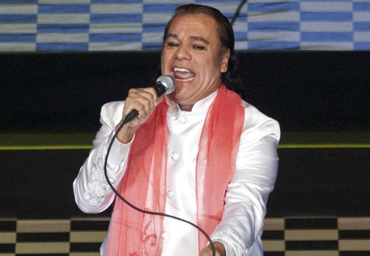 El Divo de Juárez grabó el disco en exclusivo concierto, en agosto de 2013 en Bellas Artes, acompañado de Isabel Pantoja, con el que celebró sus 40 años de carrera. (AP)