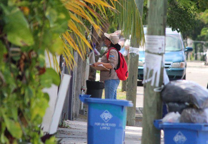 Los inspectores llevan recomendaciones a la población para evitar los criaderos de moscos. (Redacción/SIPSE)