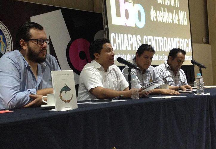 """El escritor yucateco Manuel Iris (segundo de izquierda a derecha) en una de sus presentaciones del libro """"Los disfraces del fuego"""", el cual ganó en 2014 el Premio Regional de Poesía Rudolfo Figueroa. (Imagen tomada de Facebook: Manuel Iris)"""