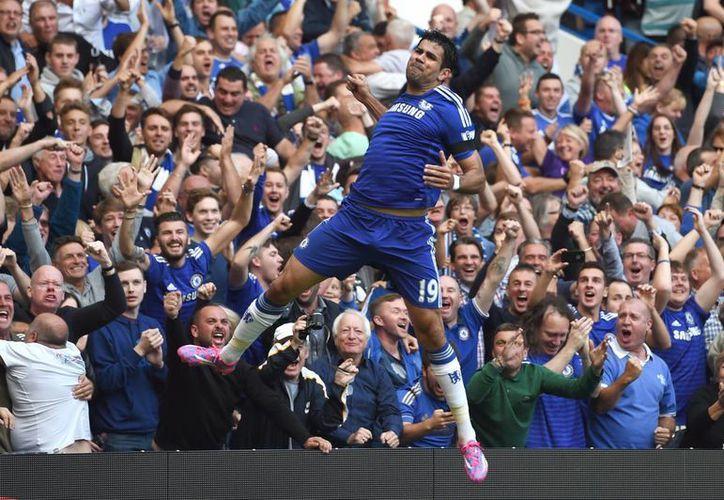 Diego Costa no solo anotó este sábado un triplete sino que es el primer jugador del futbol de Inglaterra en 86 años en lograr al menos un gol en los primeros cuarto partidos de la Liga Premier. (Foto: AP)