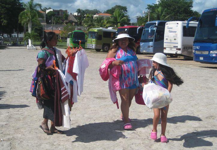 Los turistas señalan que es necesario que las autoridades destinen un espacio para este sector. (Javier Ortiz/SIPSE)