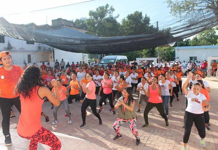"""Participaron mujeres de diferentes colonias de la ciudad en el  """"Zumbathon"""". (Raúl Balam/SIPSE)"""