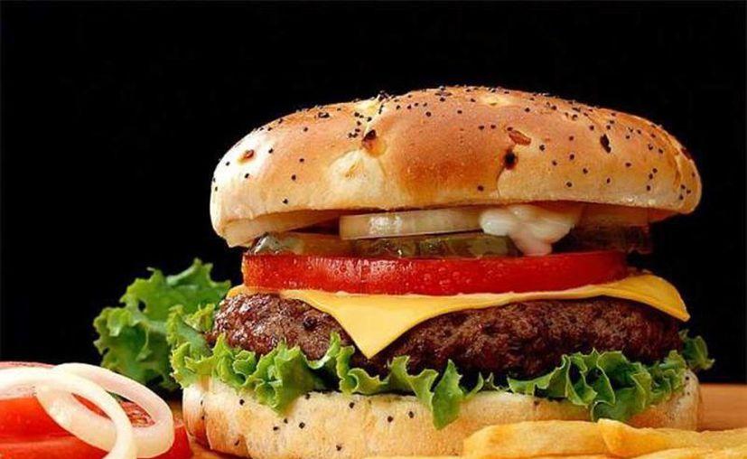 La adicción de los consumidores es un negocio de miles de millones de dólares para los fabricantes de comida rápida. (Internet)