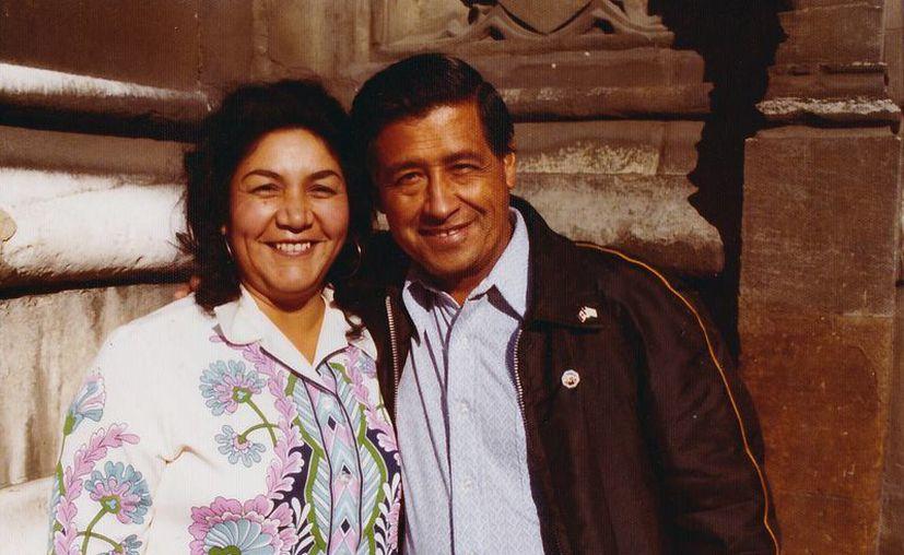Foto de 1974 donde muestra a César Chávez, a la derecha, y a su esposa Helen Chávez. La mujer falleció este martes en un hospital de Bakersfield, California.  (Fundación César Chávez a través de AP)