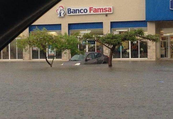 En la zona de Pensiones se registraron 71 mm de lluvia, afectando a decenas de automovilistas que transitaban por la zona. (SIPSE)