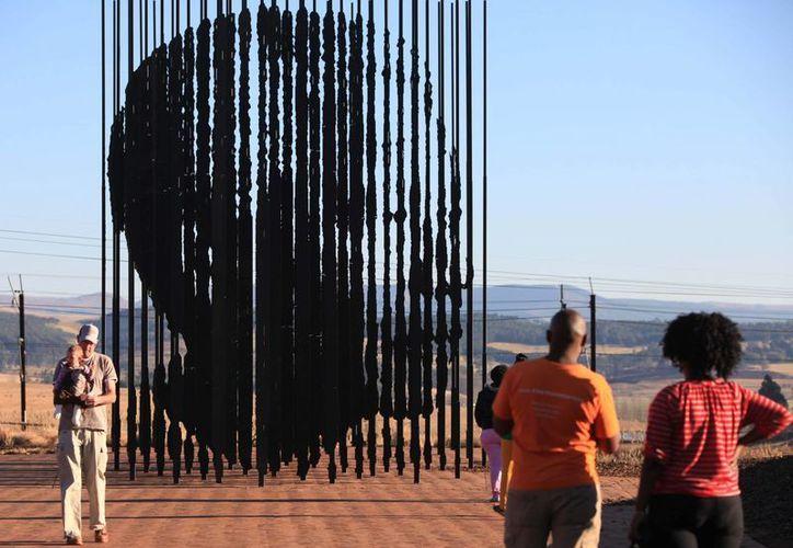La hija mayor de Mandela quiere enterrar a su padre con otros familiares, pero un nieto de Madiba planea hacer un santuario donde nació. (Agencias)
