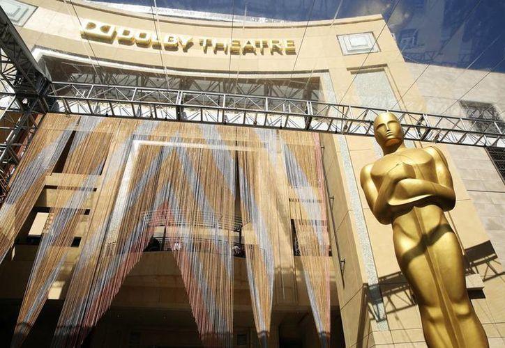 Una estatua del Oscar 'espera' la 88a entrega de los premios, a las afueras del teatro Dolby. (AP)