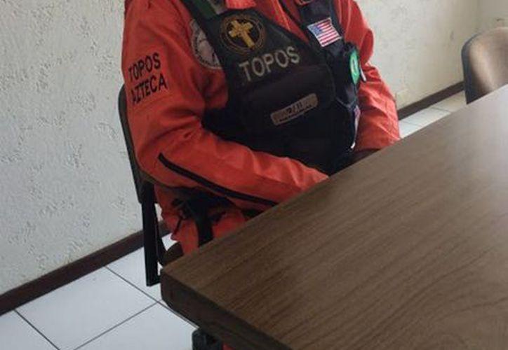 """Héctor """"El Chino"""" Méndez, miembro del grupo de voluntarios Los Topos, sigue sin saber qué es lo que le deparará el destino al realizar una labor. (Notimex)"""