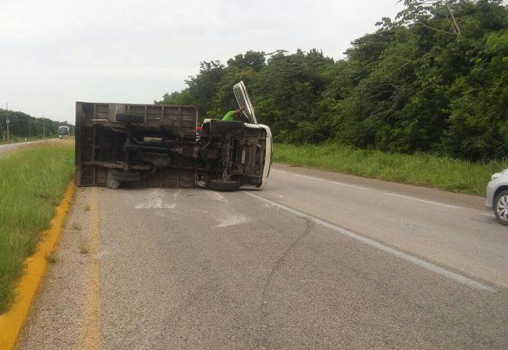 El conductor del camión trató de frenar para no estrellarse contra otro vehículo pero terminó volcado. (Foto: Redacción)