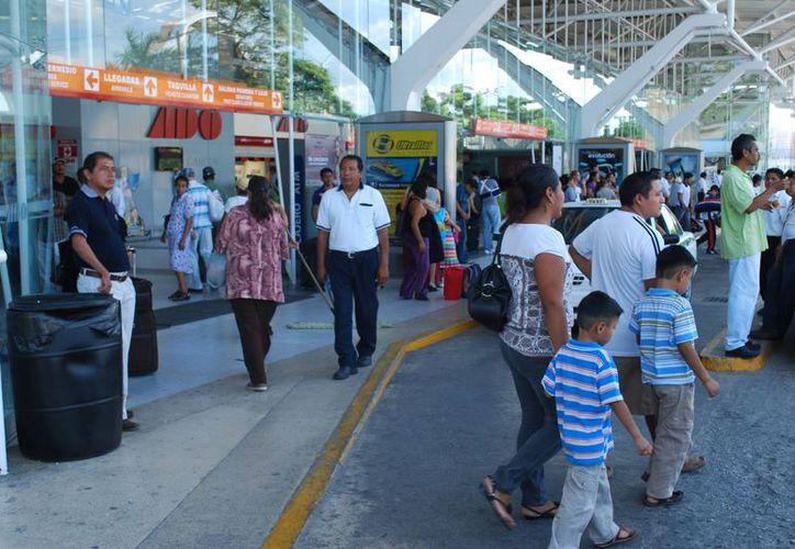 La terminal de camiones empieza a registar una mayor afluencia de pasajeros. (Tomás Álvarez/SIPSE)