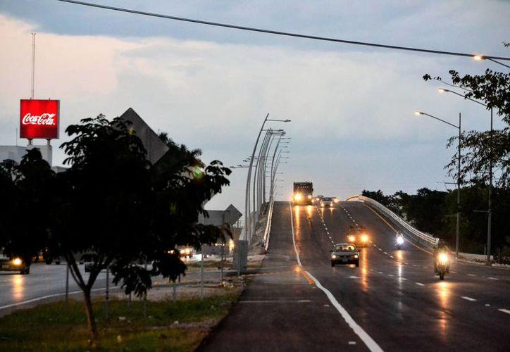 Numerosos vehículos 'estrenaron' ayer el paso superior de la calle 39, en el periférico de Mérida. (Milenio Novedades)
