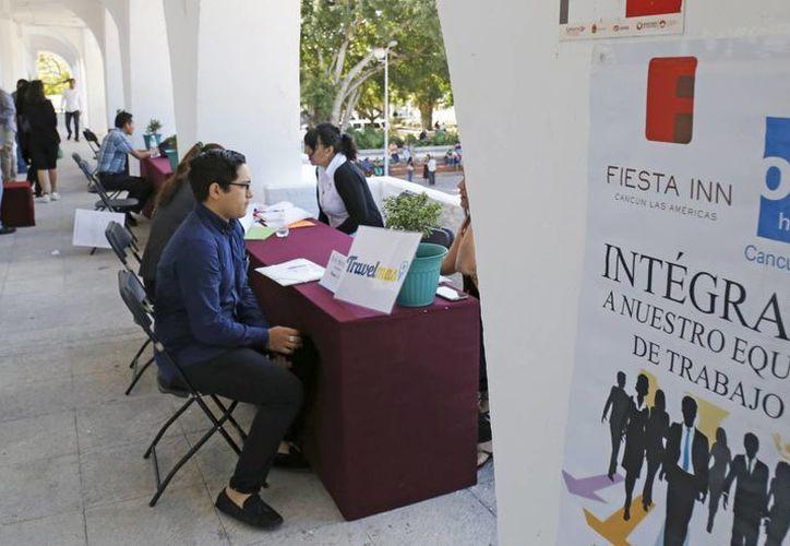 """La """"contratación express"""" permitió el ahorro de tiempo para los buscadores de empleo. (Jesús Tijerina/ SIPSE)"""