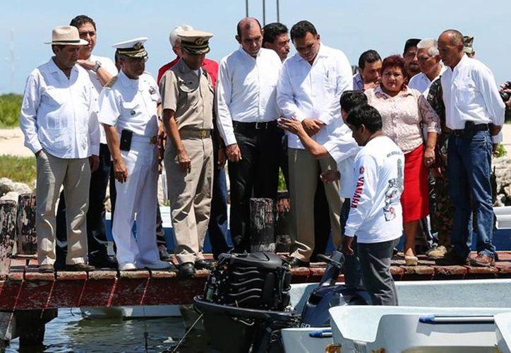 El Gobernador entregó embarcaciones, motores y equipos de seguridad para la modernización de la flota pesquera menor en puerto Progreso. (Cortesía)