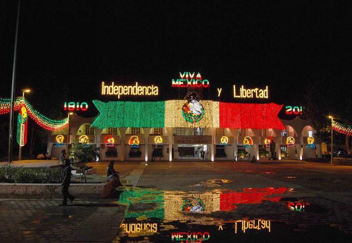 A partir de las 19 horas del día 15 se realizarán presentaciones de música mexicana, danzas folclóricas, y a las 23 horas iniciará el protocolo de la ceremonia. (Tomás Álvarez/SIPSE)