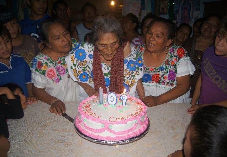 Doña Cres pudo apagar todas las velitas de su pastel sin ayuda alguna. (SIPSE)