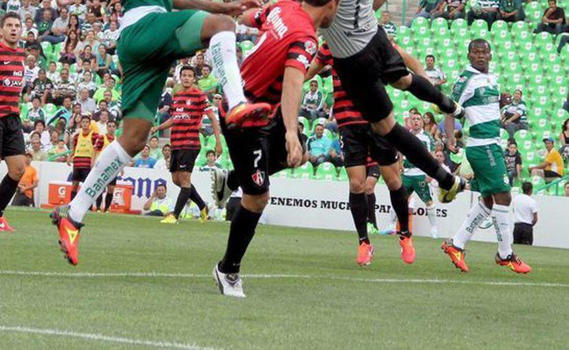 Atlas comenzó el partido imponiendo condiciones, pero Santos vino de atrás y se llevó el partido. (Archivo Notimex)