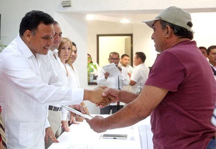 Rolando Zapata Bello entregó ayer créditos con baja tasa de interés a 32 productores de la entidad. (Milenio Novedades)