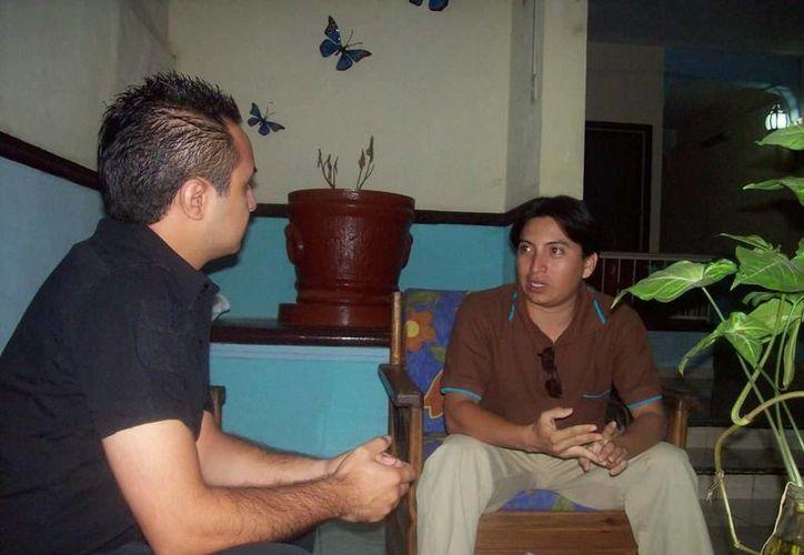 Emanuel Simá Jiménez durante la entrevista que nos concedió para hablar sobre la muñeca embrujada. (Jorge Moreno/SIPSE)