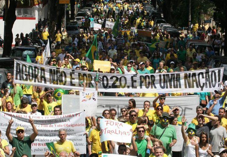 Miles de brasileños participaron el fin de semana pasado contra el Gobierno de la presidenta de Brasil Dilma Rousseff. Hoy los indígenas están en contra de una ley que transferiría decisiones de demarcación de tierra del Poder Ejecutivo al Poder Legislativo. (EFE)