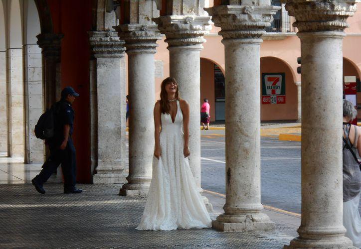 Una mujer vestida de novia se paseó por más de hora y media en los bajos del Palacio Municipal de Mérida: era una modelo que era videograbada y fotografiada para el catálogo de una marca comercial. (SIPSE.com)