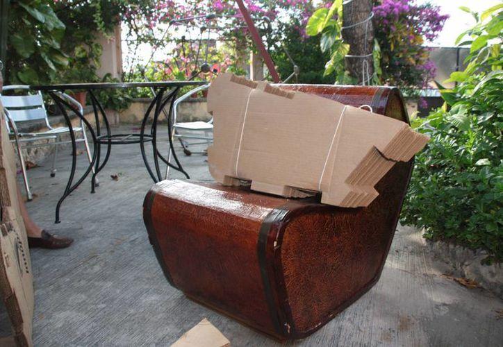 Sillón elaborados a base de cartón reciclado. (Julián Miranda/SIPSE)