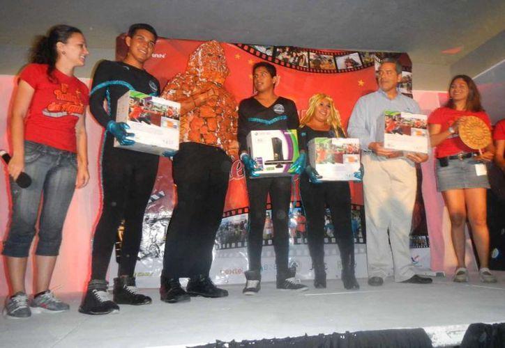 Cada uno de los integrantes del equipo ganador recibió una consola Xbox. (Lanrry Parra/SIPSE)