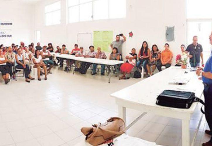 El candidato a senador, Julián Ricalde Magaña, se reunió con integrantes del sector rural de Solidaridad. (Redacción)