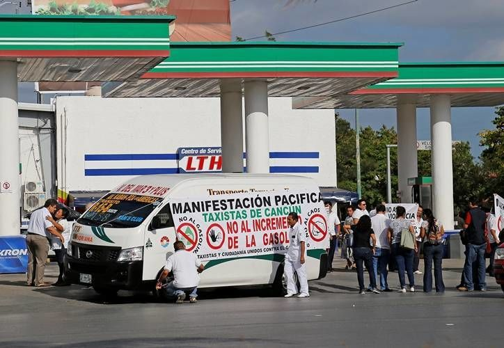 Desde las nueve horas operadores del Sindicato se manifestaron en gasolineras de Cancún. (Foto: José Tijerina)