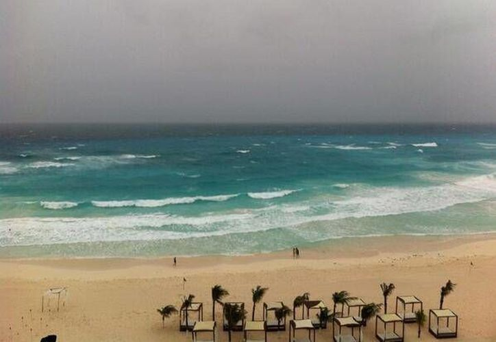 Los hoteles exhortaron a los turistas a permanecer alejados de las albercas y la zona de playas, por el oleaje alto que se presenta. (Foto: @Isleal)