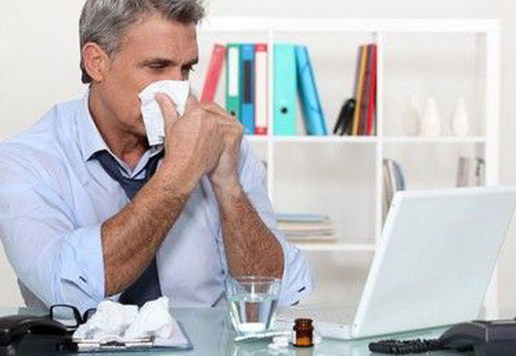 Evitar ir al trabajo cuando tenemos gripe ayudará a sentirte mejor y a no contagiar a tus compañeros. (Foto: Contexto/Internet).